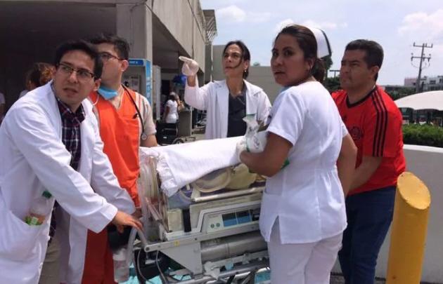 Asistieron a un parto en la calle durante el terremoto en México.