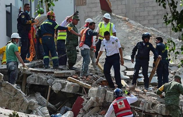 Hay al menos 45 edificios derruidos, escapes de gas y heridos en la capital del país.