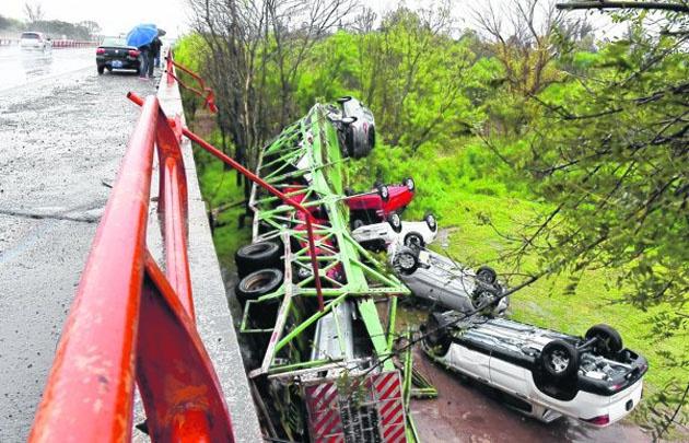 El camión desbarrancó con los autos 0km en cercanías del río Carcarañá (La Capital)