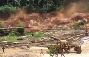 Obreros huyen desesperadamente de una inusual crecida en Laos.