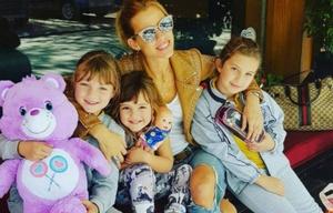 Nicole Neumann con sus hijas.