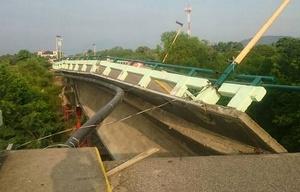 El puente dañado en el terremoto anterior, cedió ante el sismo de hoy (El Sol).