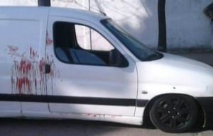 Así quedó el auto que lavaba el joven cuando se desató la masacre.