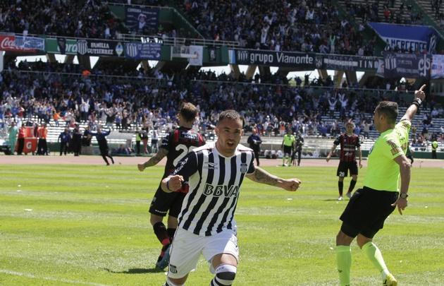 Arias festeja el gol de la victoria.
