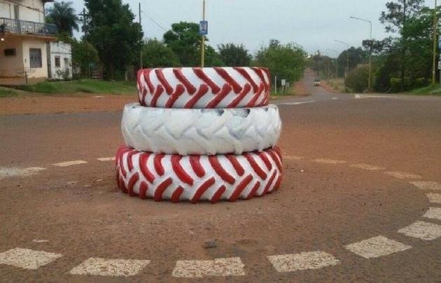 La rotonda hecha con gomas generó sorpresa en Santo Tomé (Foto: Urgente Santo Tomé)