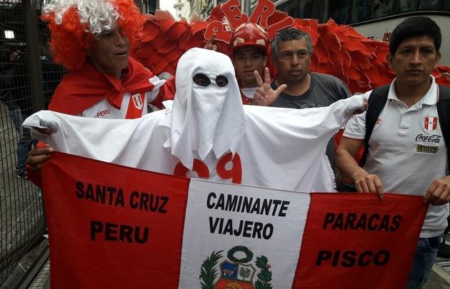 Hinchas peruanos esperan por el gran partido.