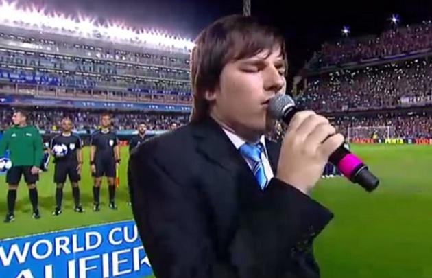 Nahuel Pennisi interpretó el himno ante la Selección argentina en la Bombonera.