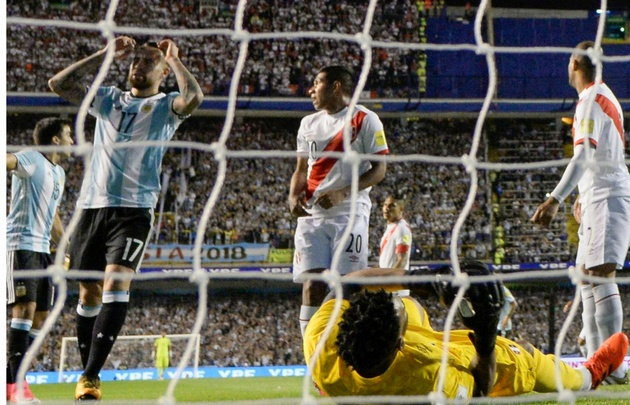Otamendi se lamenta tras desperdiciar una de las chances más claras de Argentina.