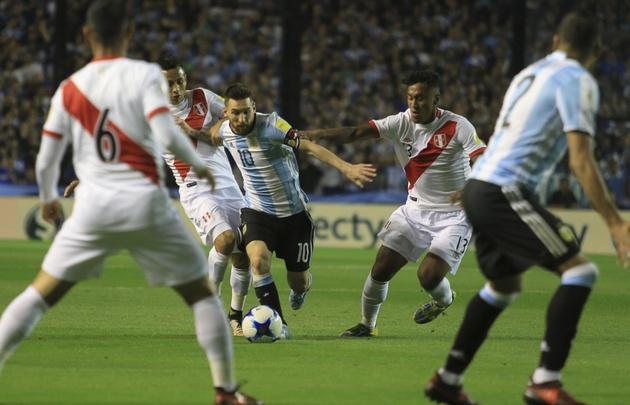 Messi volvió a jugar solo en la Selección.