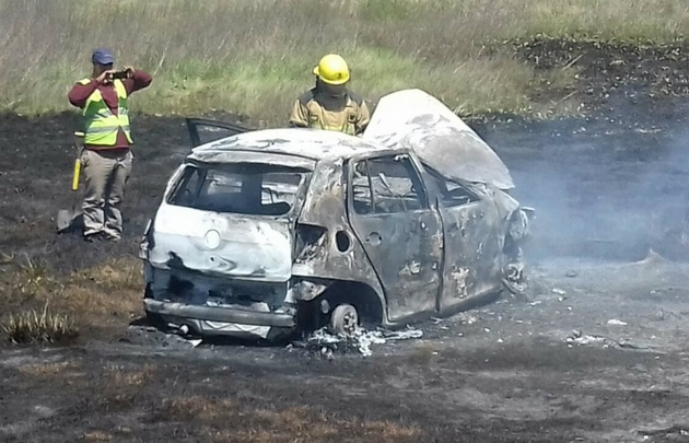 El VW Fox quedó consumido por las llamas tras volcar.
