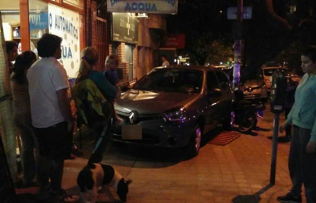 El auto impactó contra un lavadero y aplastó a una moto.