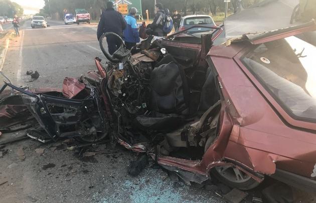 En el accidente múltiple uno de los autos quedó totalmente destruido.