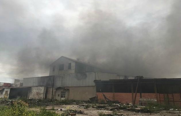 El incendio produjo una densa columna de humo.