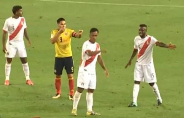 Falcao habla con jugadores peruanos.