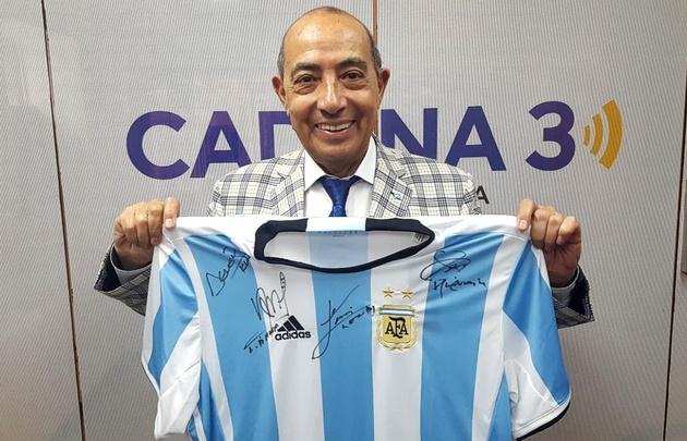 La casaca oficial argentina firmada por Messi, regalo de