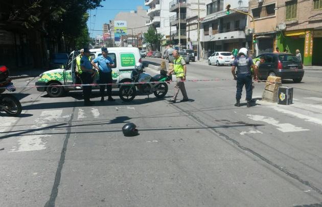El casco sobre el pavimento, al parecer el motociclista no lo tenía puesto.