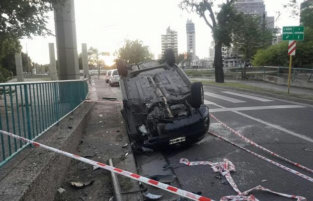 El auto impactó contra una columna en el parque Las Heras.