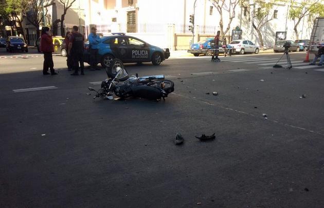 El motociclista iba acompañado e impactó contra un taxi.