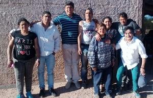 Victoria junto a sus siete hijos que viajaron a La Rioja.