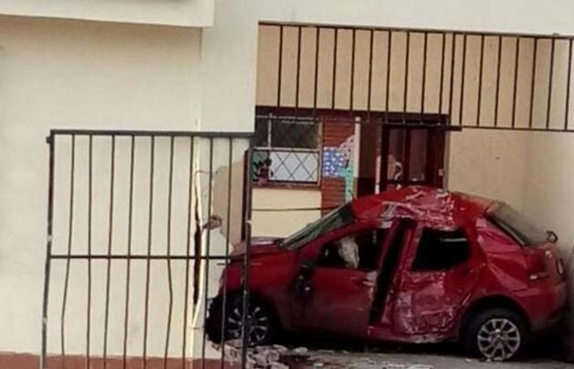 Un auto se incrustó en el frente de una escuelas