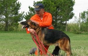 Ricardo Urquiza, con uno de los perros bomberos de la K9 (Foto: Facebook)