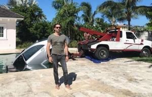 Guy rescató su auto de la piscina.
