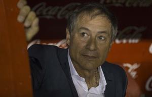 Ariel Holan fue apretado por la barra de Independiente.