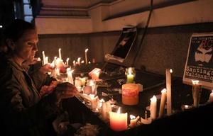 Con velas y flores, piden justicia por Maldonado frente a la morgue.