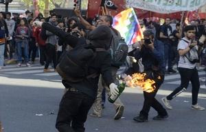 Destrozos e incidentes tras la marcha en Plaza de Mayo.