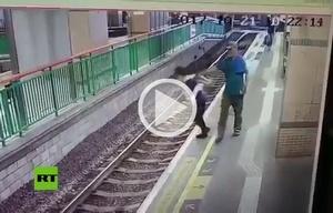 La mujer por fortuna no fue alcanzada por una de las unidades del ferrocarril.