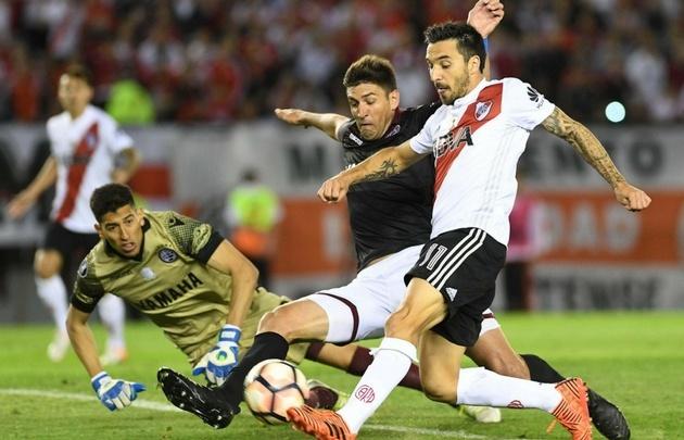 La definición de Scocco terminará en gol, pese al esfuerzo de Andrada.
