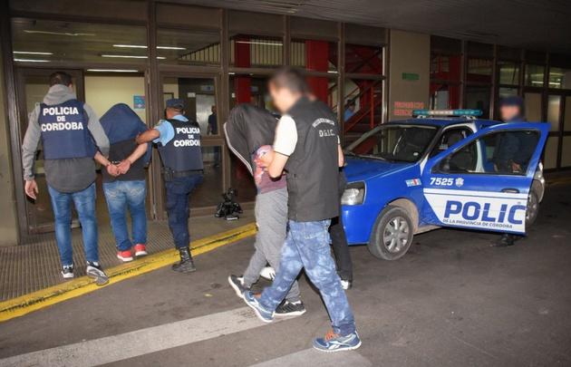 A los detenidos se les secuestró dos armas totalmente cargadas.