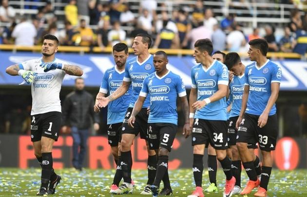 Los jugadores de Belgrano se retiraron cabizbajos tras la dura derrota.