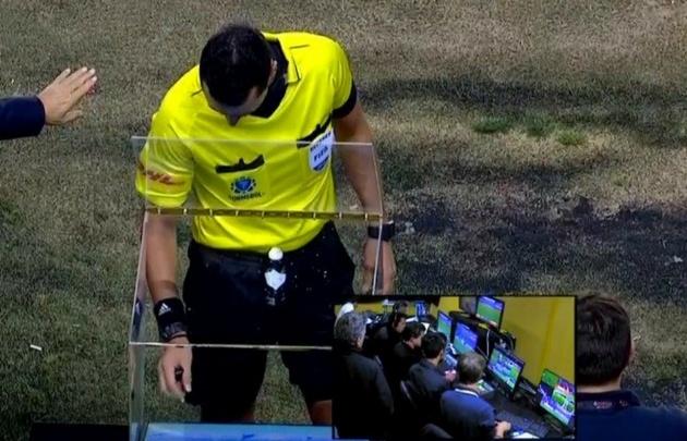 El árbitro Wilmar Roldán solicitó el VAR en la semifinal.