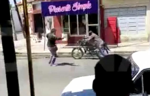 Momento en que el ladrón dispara contra el carnicero.