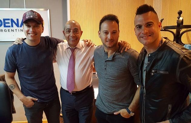 Los vocalistas de Banda XXI con Mario Pereyra.