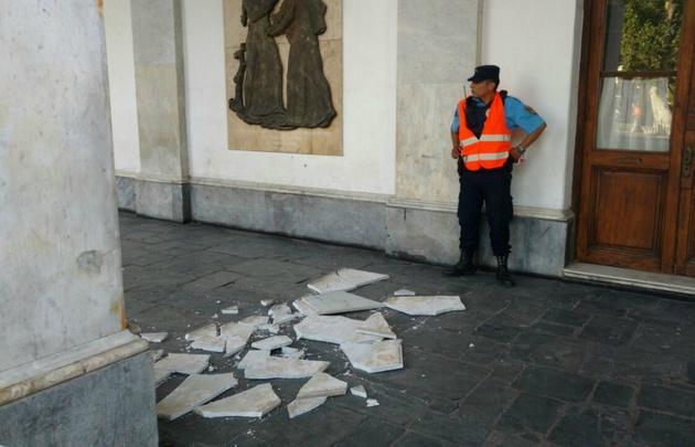 Cayó una loseta del Cabildo de Córdoba.