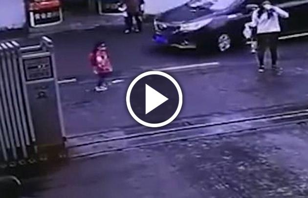 Una niña de tres años sobrevivió tras ser arrollada por un auto (Captura de video)