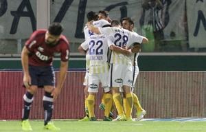 Los jugadores del equipo rosarino festejan el gol de la victoria de Zampedri.