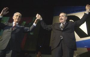 Víctor Martínez y Raúl Alfonsín.