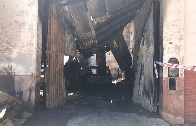 Así quedó el taller tras el asalto y el incendio.