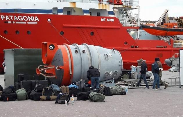 Estados Unidos coopera con un mini submarino de rescate.