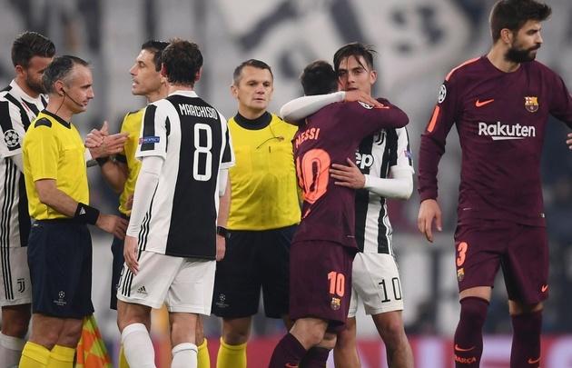Messi abraza a Dybala tras el empate sin goles en Turín.