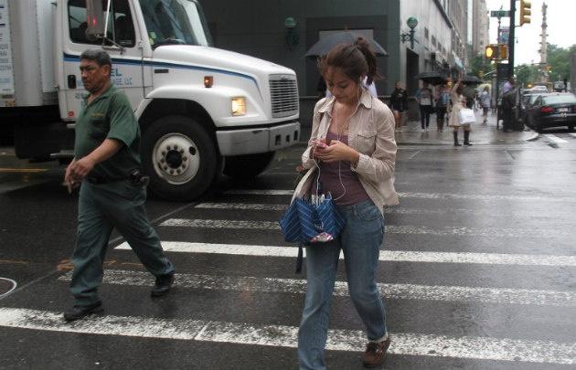 Una de las causas de accidentes es el uso de celular mientras se circula.