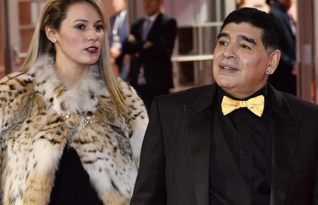 El look de Maradona para el sorteo del Mundial.