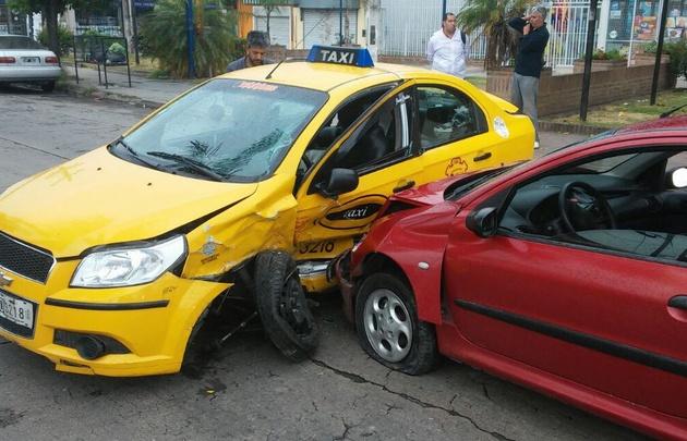El taxista fue trasladado hacia el Hospital de Urgencias.