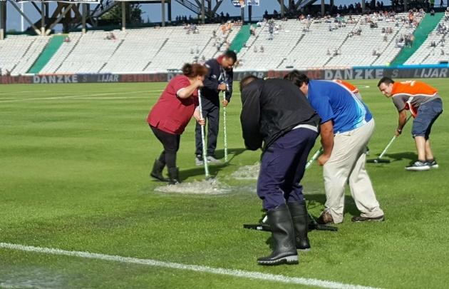 Un grupo de personas trabajó intensamente para sacar el agua.