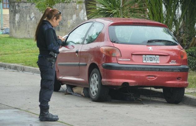 El cuerpo enganchado en el Peugeot 201 recién fue descubierto a la mañana.