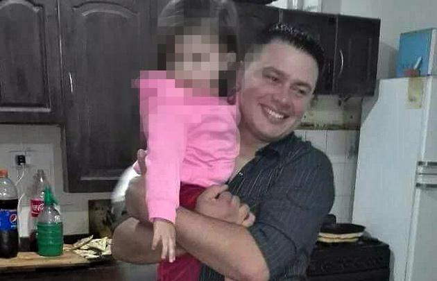 El cabo Nieto junto a su hijita.