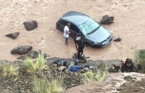 Juan Cruz Peralta y su amigo ayudan a la pareja.